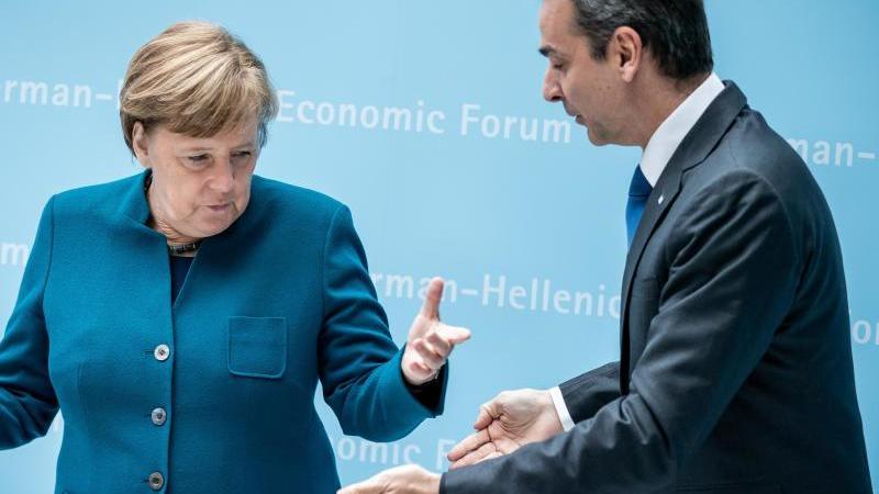 Kanzlerin Angela Merkel begrüßt Kyriakos Mitsotakis, Premierminister von Griechenland, zu Beginn des Deutsch-Griechischen Wirtschaftsforums. Foto: Michael Kappeler/dpa