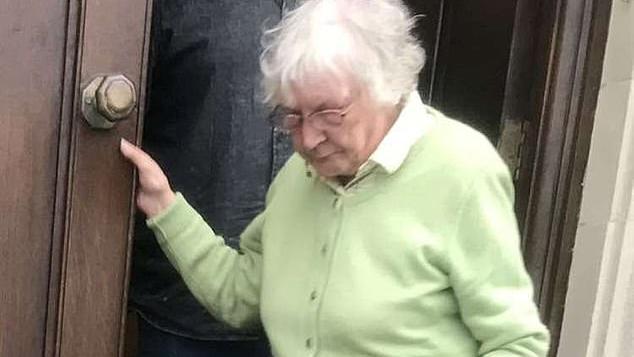 Eine Seniorin hat ihre Nachbarn in Großbritannien terrorisiert, jetzt muss die 81-Jährige für 70 Tage in den Knast.