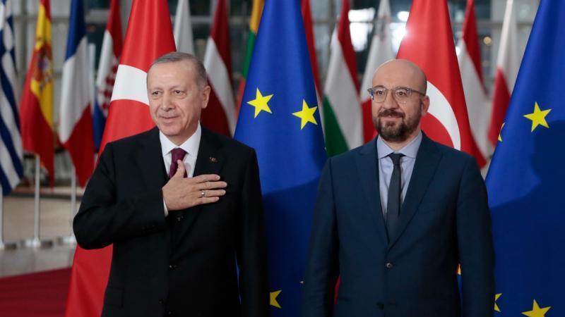 EU-Ratschef Charles Michel epmfängt den türkischen Präsidenten Recep Tayyip Erdogan in Brüssel. Foto: Virginia Mayo/AP/dpa