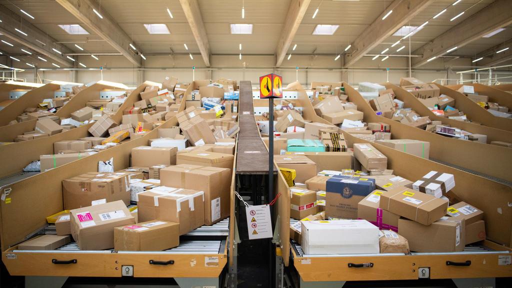 ARCHIV - 18.09.2019, Berlin: Pakete liegen in einem Paketzentrum von Deutsche Post und DHL. Für die Paketbranche ist der boomende Online-Handel ein dankbarer Trend, der die Umsätze weiter wachsen lässt. Foto: Tom Weller/dpa +++ dpa-Bildfunk +++