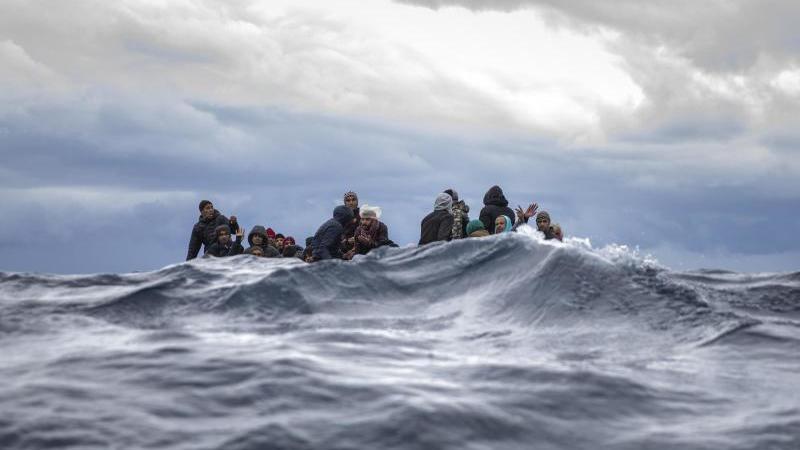 Überfülltes Holzboot vor der Küste Libyens: Nach UN-Angaben fanden im vergangenen Jahr 1327 Menschen den Tod bei der Flucht über das Mittelmeer oder sind vermisst. Foto: Santi Palacios/AP/dpa