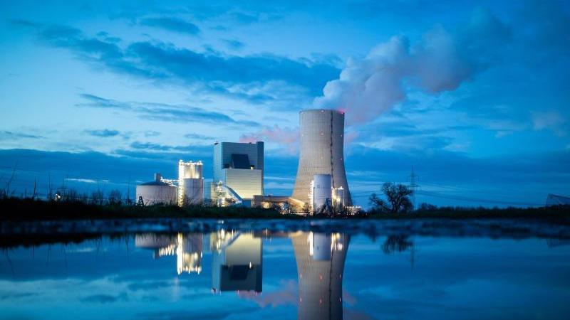 Das Uniper-Kraftwerk Datteln 4 spiegelt sich in einer Pfütze. Foto: Marcel Kusch/dpa
