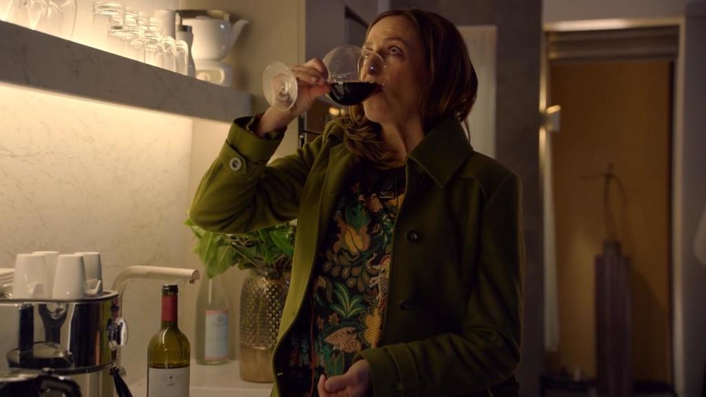 GZSZ: Katrin flüchtet sich in den Alkohol.