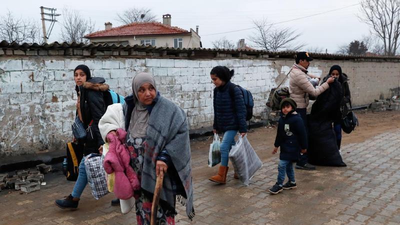 Migranten gehen zum türkisch-griechischen Grenzübergang Pazarkule. Foto: Darko Bandic/AP/dpa