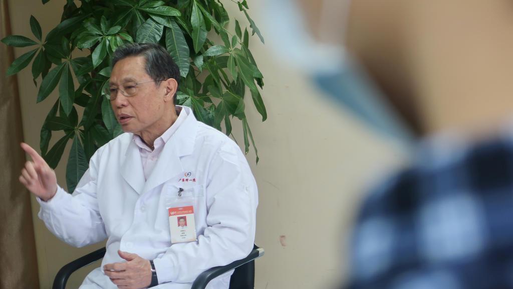 Zhong Nanshan während eines Interviews.