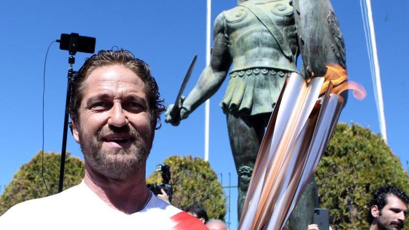 US-Schauspieler Gerard Butler in Sparta mit der olympischen Fackel. Foto: Aristidis Vafeiadakis/ZUMA Wire/dpa