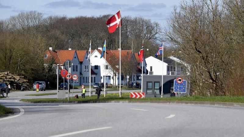 Frei von Autos ist die Straße am deutsch-dänischen Grenzübergang. Foto: Carsten Rehder/dpa