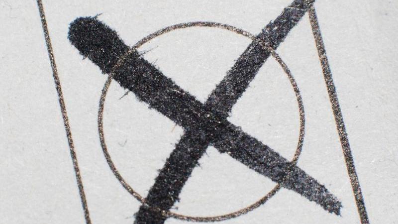 Ein Kreuz auf einen Stimmzettel. Foto: picture alliance/Julian Stratenschulte/dpa/Symbolbild