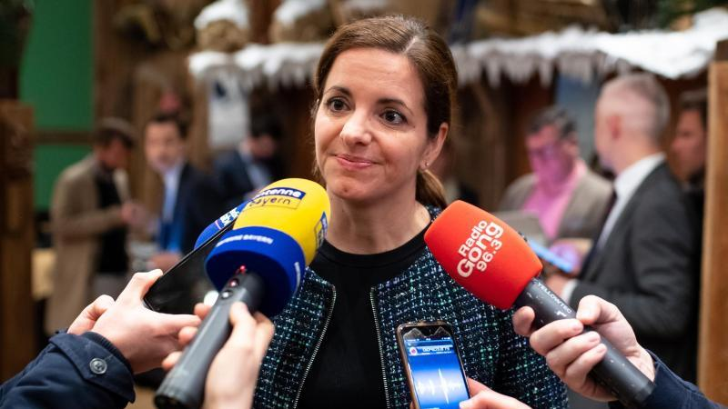 Kristina Frank (r), Oberbürgermeisterkandidatin der CSU. Foto: Sven Hoppe/dpa