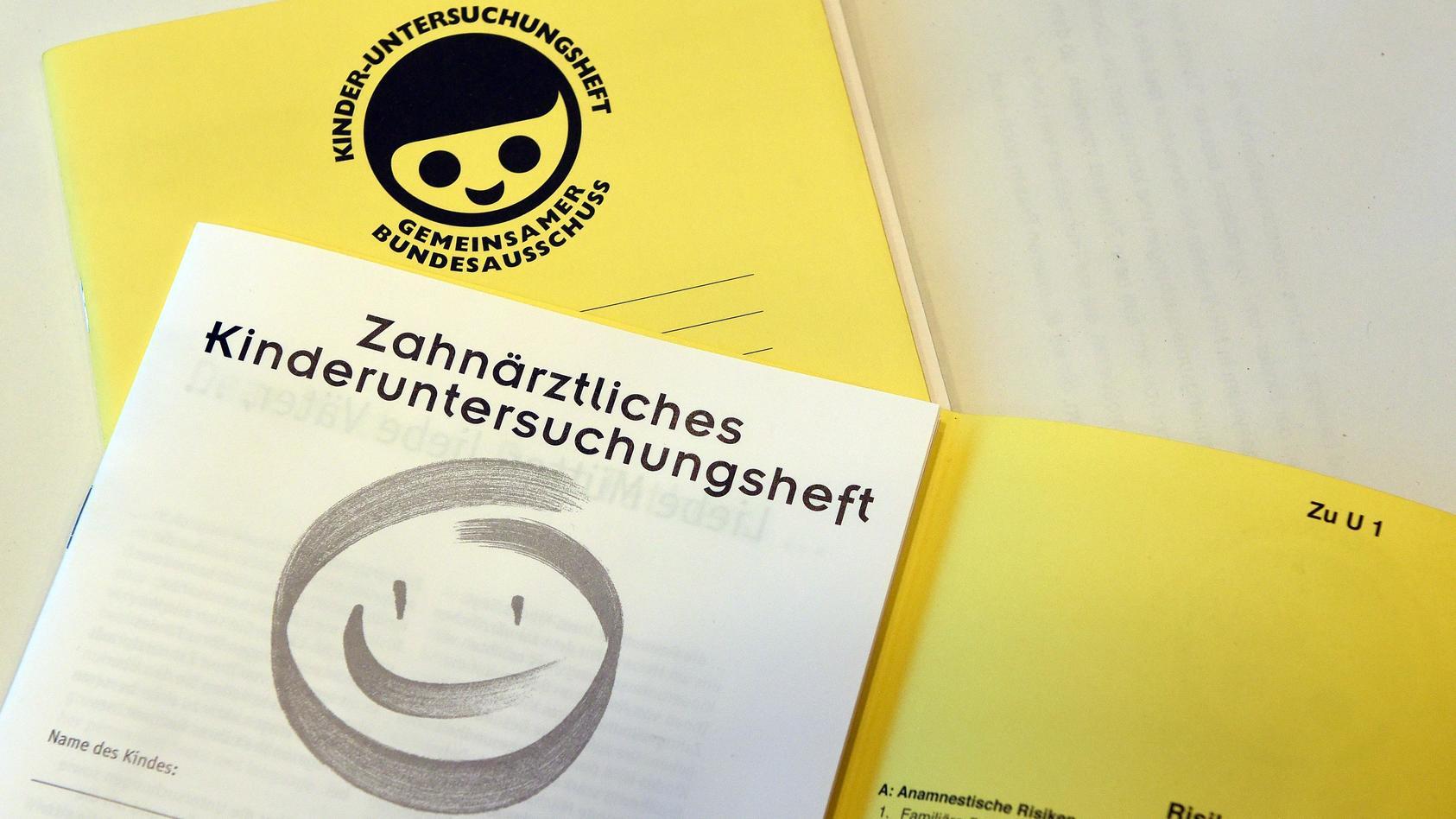 Das gelbe Untersuchungsheft: Ein wichtiges Dokument für die Gesundheitsvorsorge des Babys. In dem Heftchen werden alle U-Untersuchungen eingetragen, die im Kindesalter durchgeführt werden sollten.