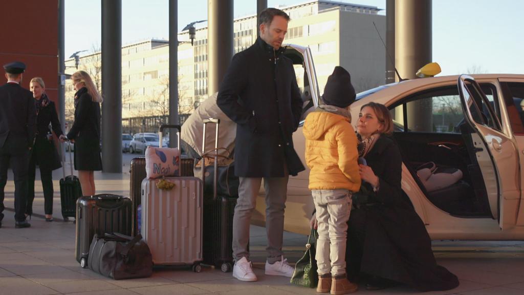 Unter uns: Eva, Till und Noah sind am Flughafen.