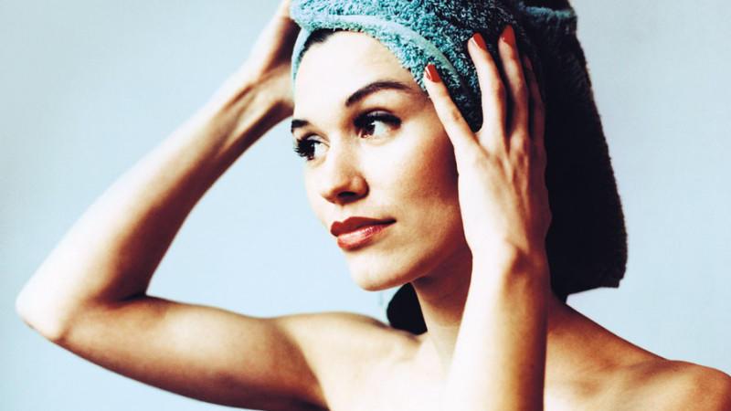 Für Frauen mit Extensions gibt es einige Möglichkeiten, die Zeit ohne Friseur zu überbrücken