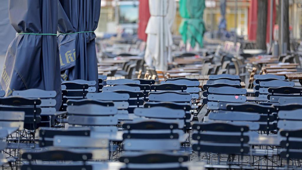 16.03.2020, Nordrhein-Westfalen, Köln: Tische und Stühle vor den Restaurants auf dem Alter Markt sind leer. Das Coronavirus breitet sich weiter aus. Foto: Oliver Berg/dpa +++ dpa-Bildfunk +++