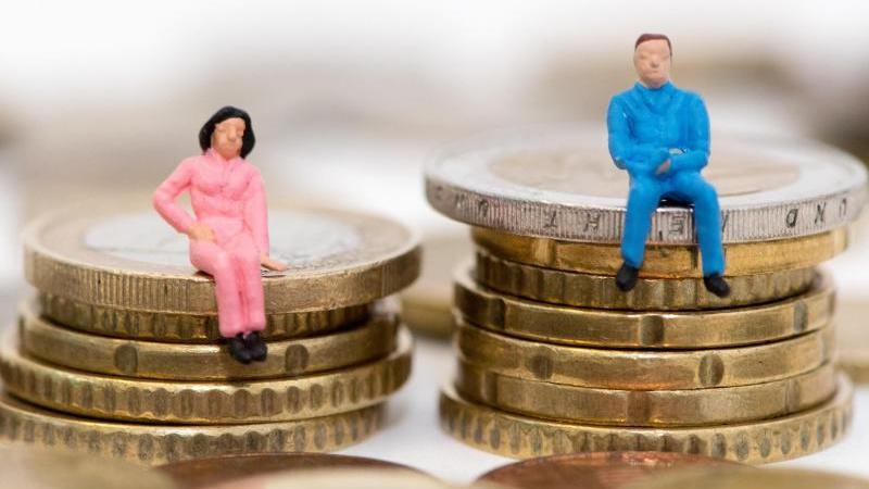Auf dem deutschen Arbeitsmarkt verdienen Frauen weiterhin deutlich weniger Geld als Männer. Foto: Andrea Warnecke/dpa-tmn