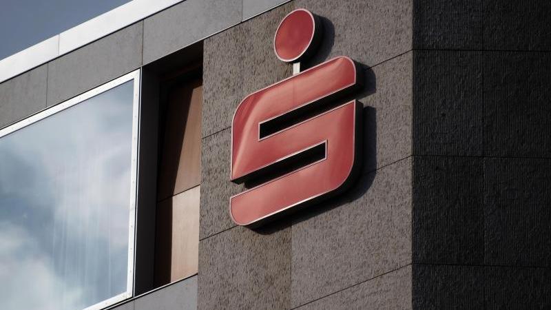 Das Logo der Sparkassen ist an einem Gebäude zu sehen. Foto: Marijan Murat/dpa/Symbolbild