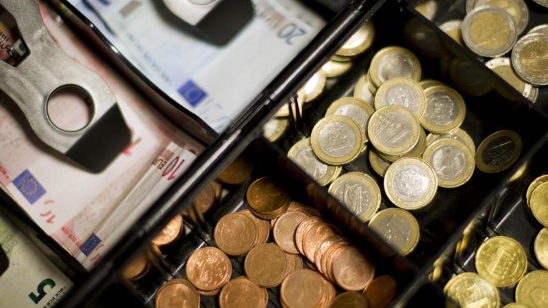 Ausreichend vorhanden und ohne besonderes Ansteckungsrisiko: Bargeld. Foto: Daniel Reinhardt/dpa