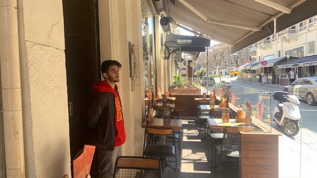 Eine leere Bar: Kellner Ümit wartet auf Kundschaft.