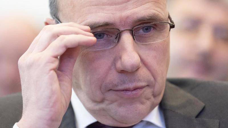 Peter Beuth (CDU), Innenminister von Hessen, gestikuliert. Foto: Boris Roessler/dpa