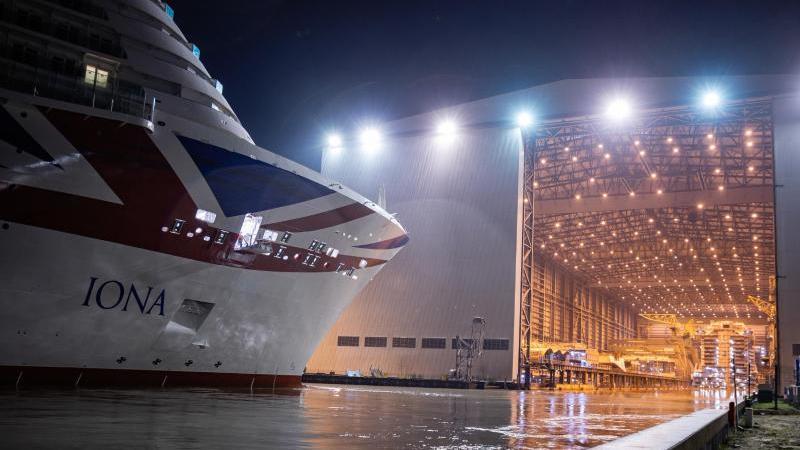 Auf der Papenburger Meyer-Werft wird das Kreuzfahrtschiff Iona ausgedockt.