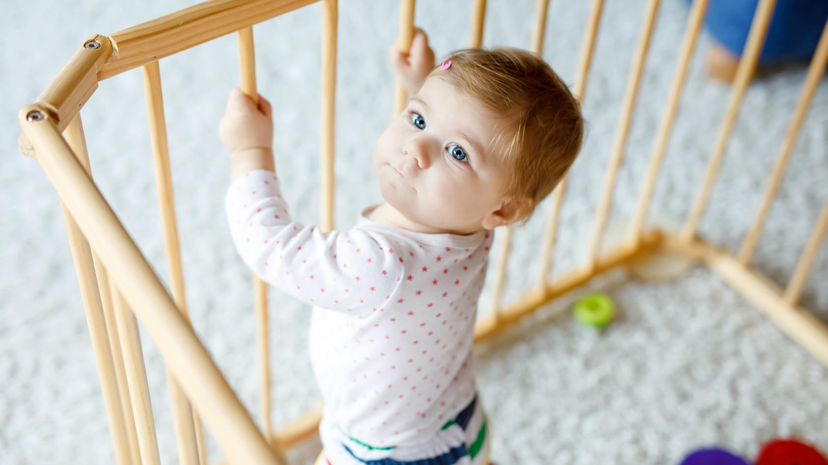 Ein Laufgitter oder Laufstall bietet dem Baby eine geschützte Umgebung, um überall sicher und gefahrlos spielen zu können. Welche Arten von Laufgittern es gibt und was Sie bei der Auswahl und dem Kauf eines Laufgitters beachten sollten, erfahren Sie hier.