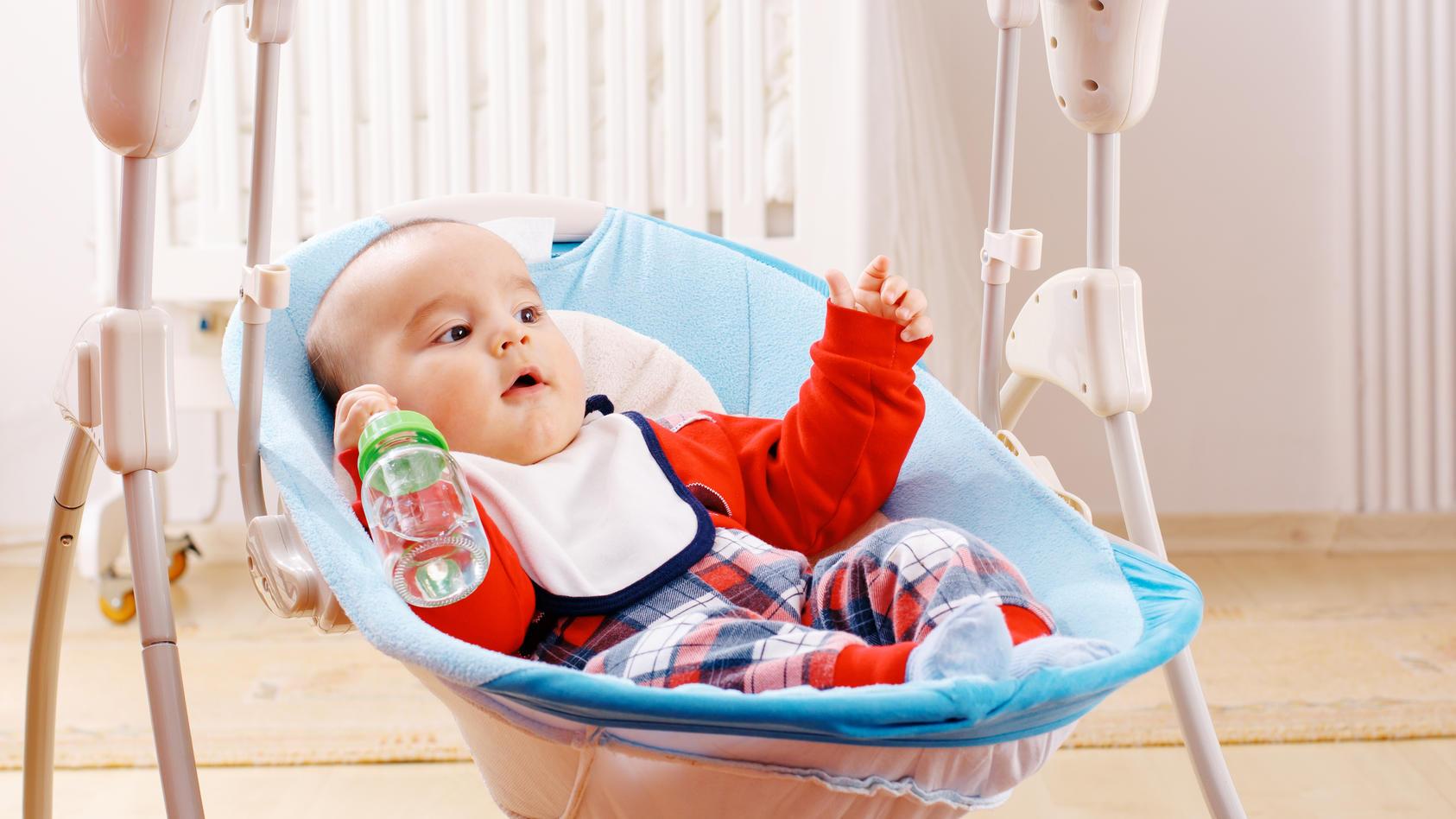 Eine Babyschaukel bietet Ihrem Kind eine wippende SItzgelegenheit, die es nicht nur bei Laune hält, sondern auch eine wunderbare Balanceübung abgibt. Was Sie bei Auswahl und Kauf der Babyschaukel beachten sollten, erfahren Sie hier.