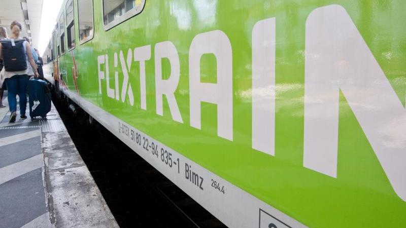 Ein FlixTrain hält an einem Bahnhof. Foto: Julian Stratenschulte/dpa/Symbolbild