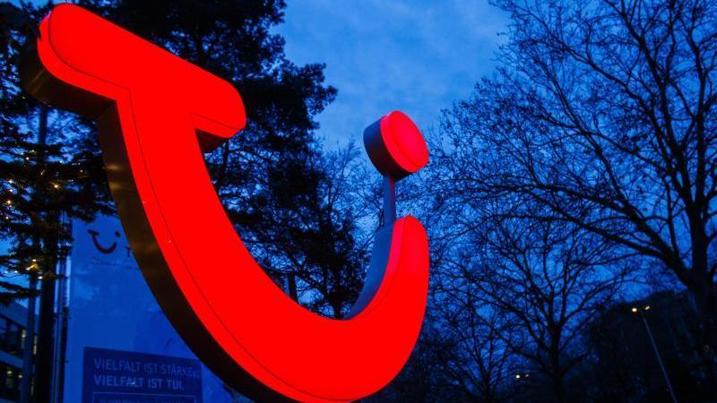 Das TUI-Logo vor der Firmenzentrale. Foto: picture alliance/Philipp von Ditfurth/dpa/Symbolbild