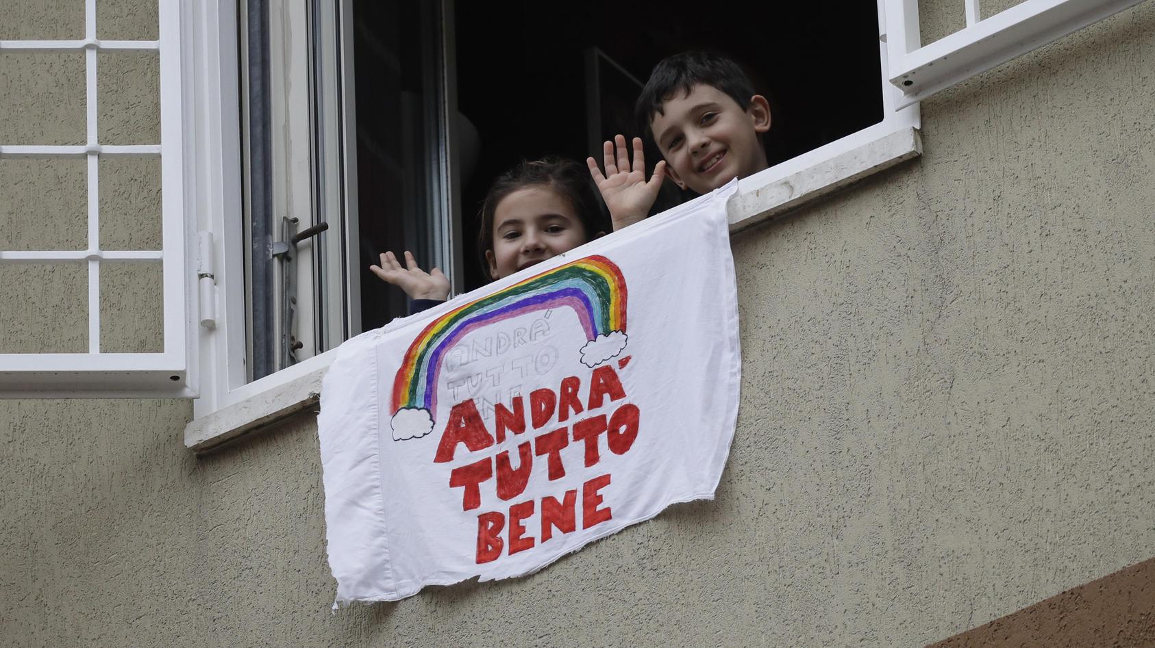 """""""Alles wird gut"""" steht auf diesem Banner, das Kinder in Italien aus dem Fenster hängen lassen."""