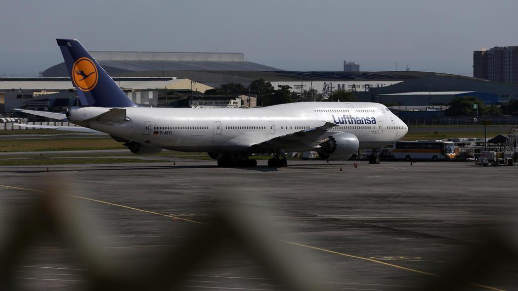 20.03.2020, Philippinen, Manila: Eine Lufthansa-Maschine steht am Flughafen. Mehr als 300 Deutsche warten auf dem internationalen Flughafen Ninoy Aquino auf einen Lufthansa-Flug, der von der deutschen Botschaft auf den Philippinen wegen der Covid-19-