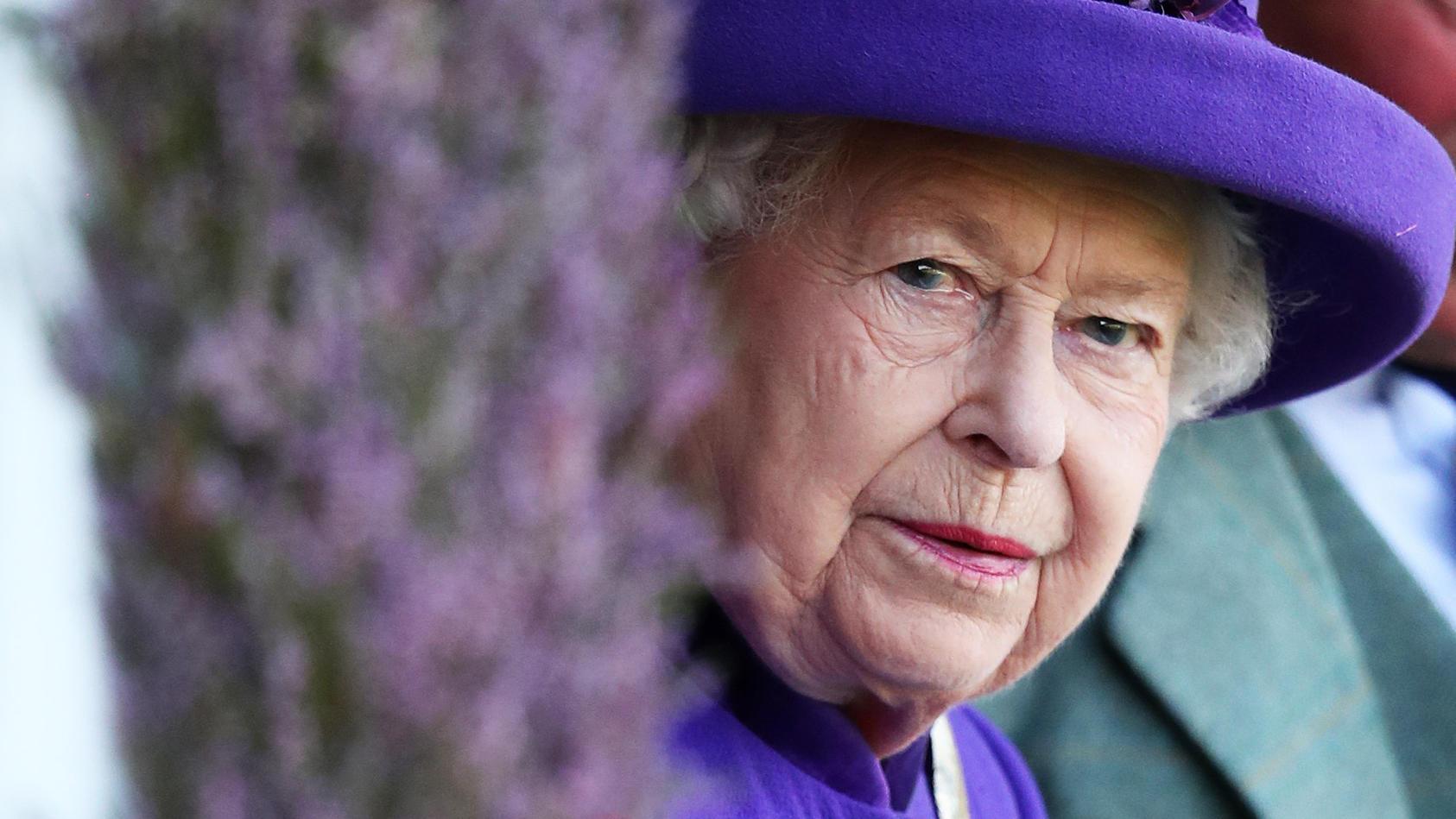 Hat sich die Queen etwa mit dem Coronavirus angesteckt? Im Buckingham Palast herrscht Alarmbereitschaft, weil ein Mitarbeiter erkrankt ist.