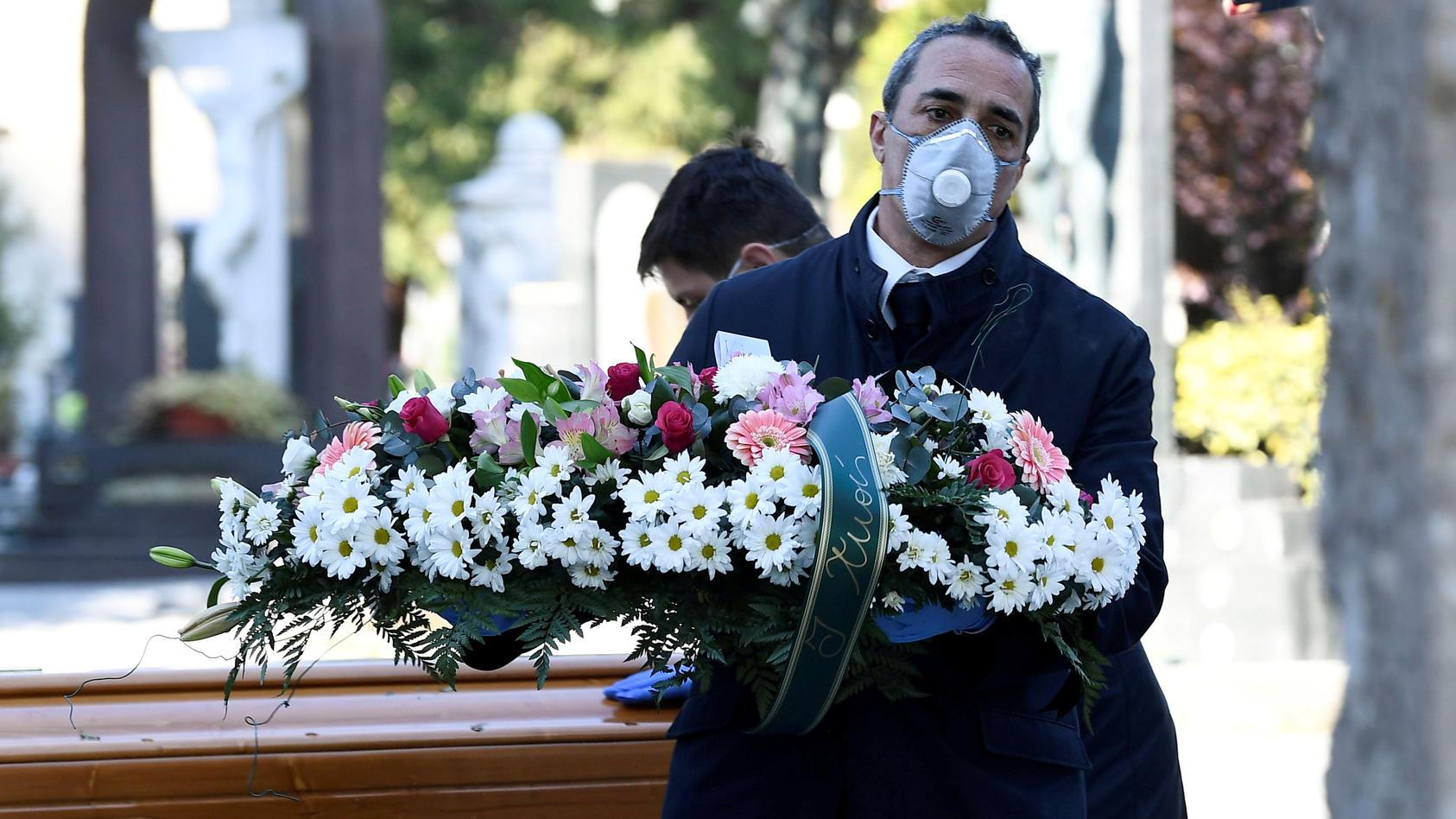 Die Bestatter in Bergamo sind völlig überlastet, weil sie ununterbrochen Menschen beerdigen müssen.