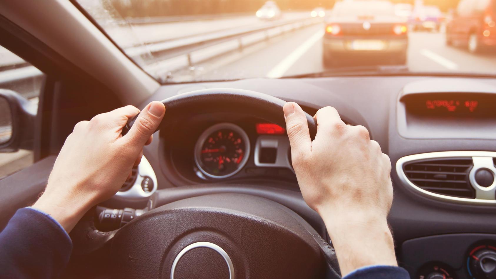 Um der Gefahr einer Ansteckung mit dem Coronavirus vorzubeugen, fahren viele von uns gerade wieder mehr mit dem Auto. Doch auch dabei sollte man einiges beachten.