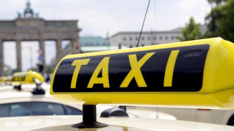 Taxis stehen auf der Straße des 17. Juni in Berlin. Foto: Marcel Mettelsiefen/dpa/Symbolbild