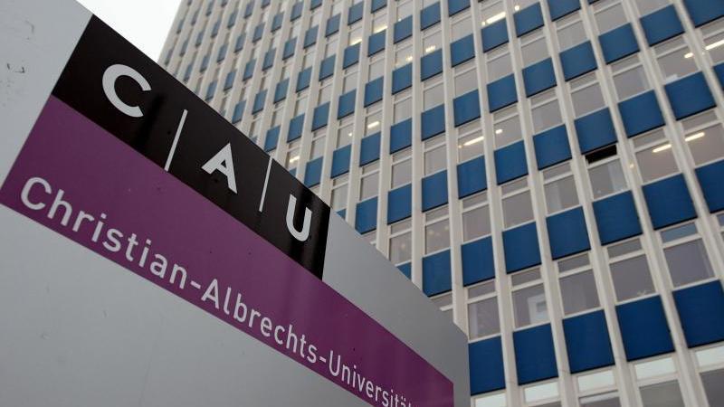 Blick auf ein Gebäude der Christian-Albrechts-Universität. Foto: Carsten Rehder/dpa/Archivbild