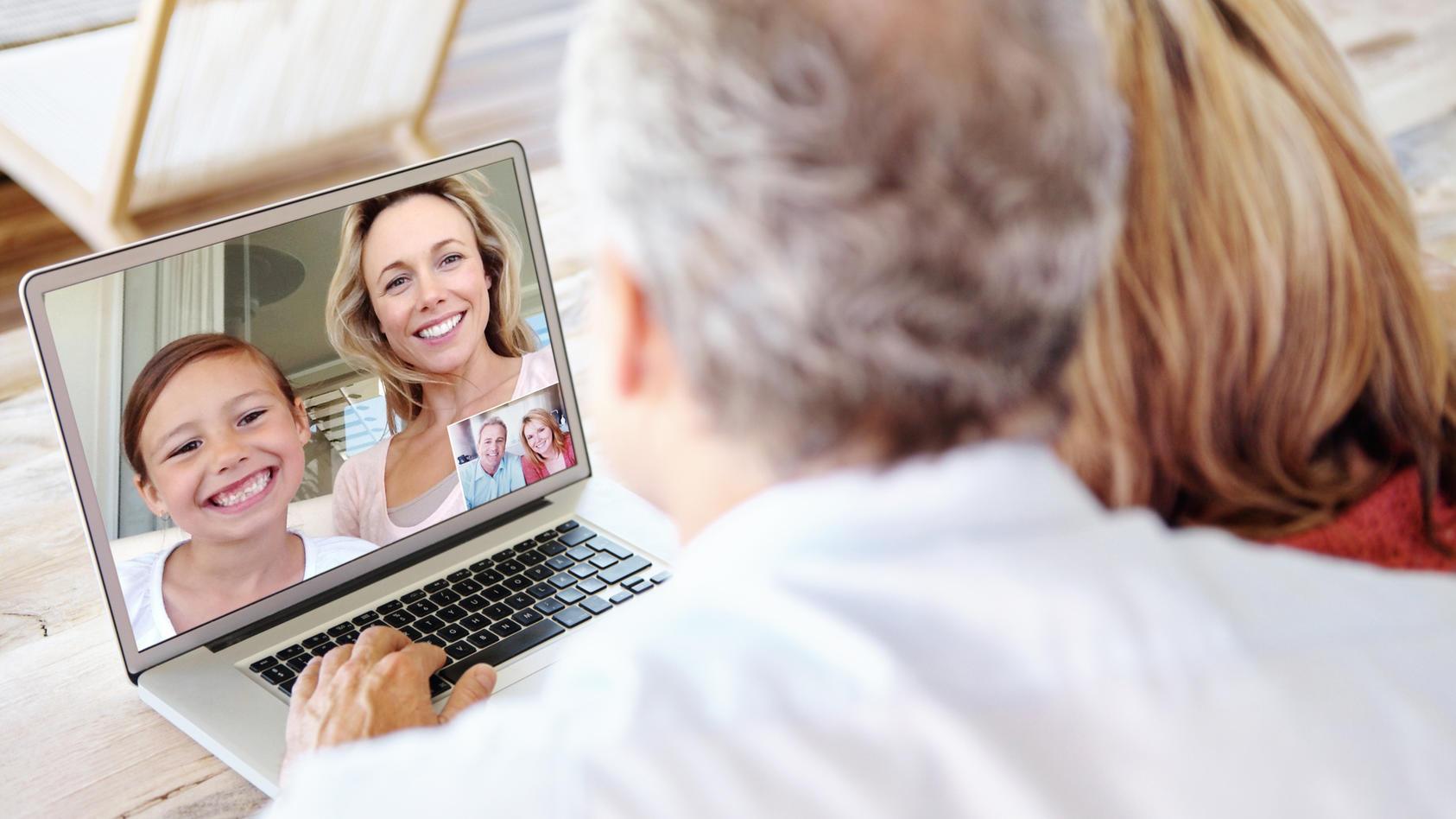 Videotelefonie ist eine Möglichkeit, wie Großeltern und ihre Familie den Kontakt zueinander nicht verlieren.
