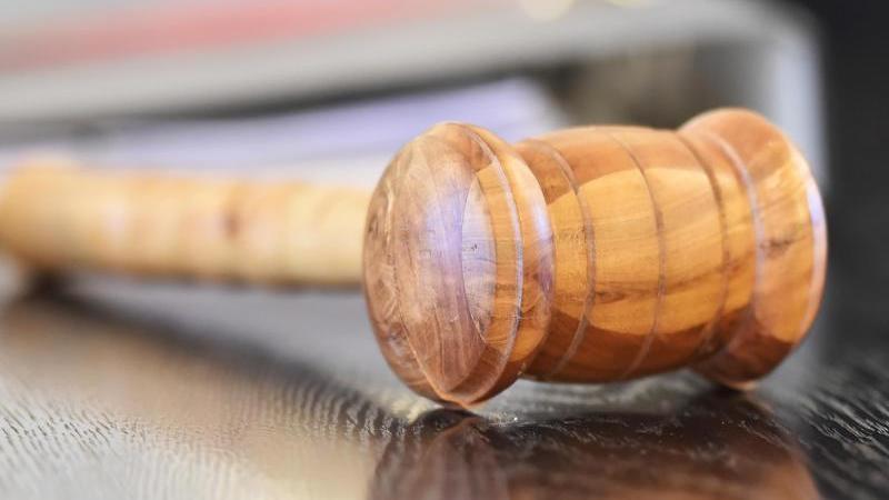 Ein Richterhammer liegt auf einer Richterbank. Foto: Uli Deck/dpa/Symbolbild