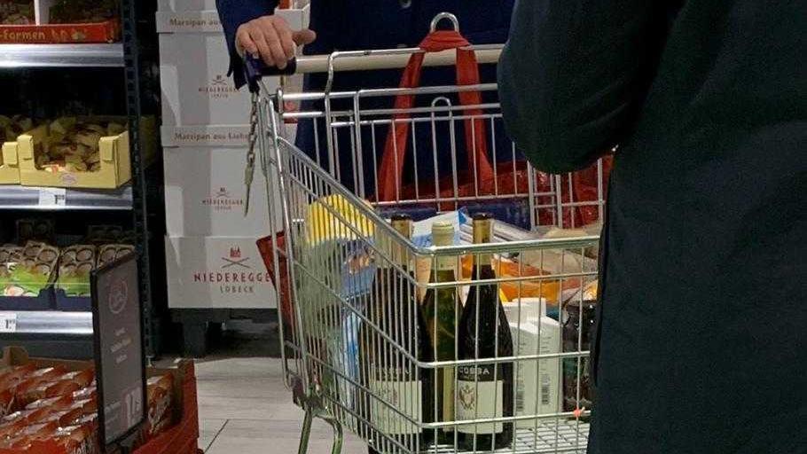Angela Merkel geht einkaufen.