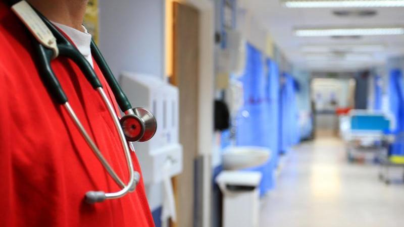 Ein Pfleger steht auf einer Station in einem Krankenhaus in London. Foto: Peter Byrne/PA Wire/dpa