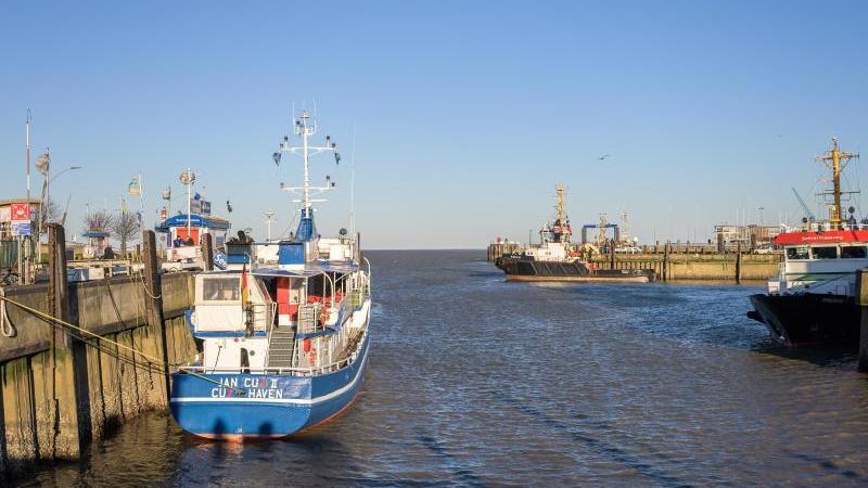 Ein Blick auf den Hafen von Cuxhaven. Foto: Mohssen Assanimoghaddam/dpa