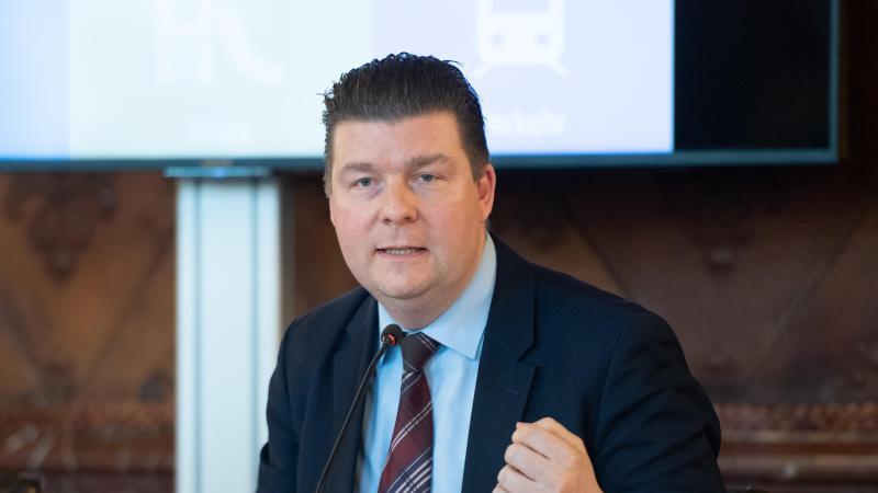 Andreas Dressel (SPD), Finanzsenator von Hamburg, spricht auf einer Pressekonferenz. Foto: Daniel Reinhardt/dpa