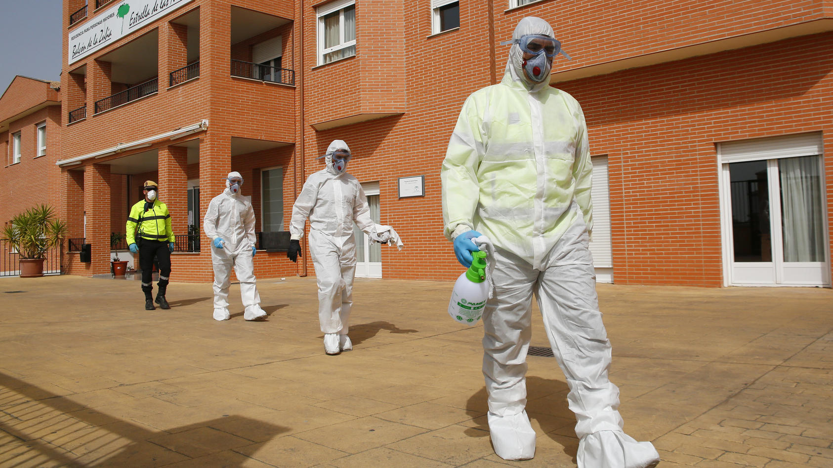 Das Militär hilft dabei, Altenheime in Spanien zu desinfizieren, um die Ausbreitung des Coronavirus zu stoppen.