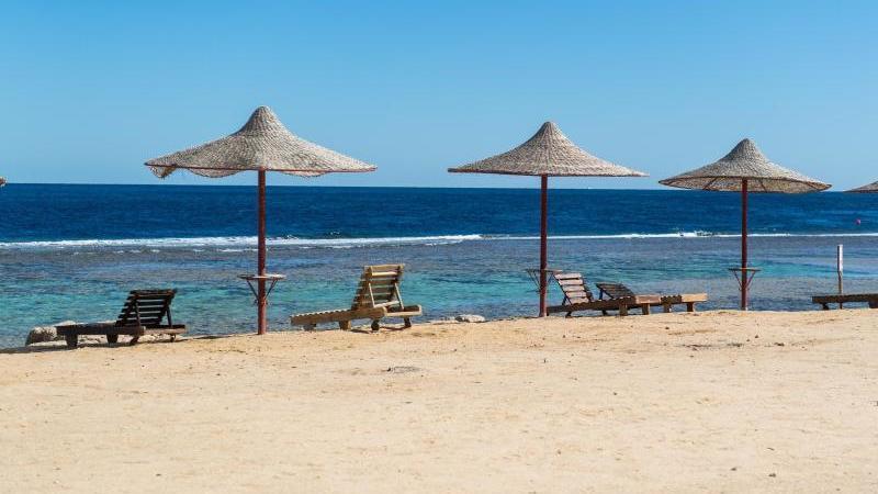 Die Sonnenbetten an der ägyptischen Küste bleiben gerade leer, sind für viele Reisende aber weiter ein Fernwehziel. Foto: Benjamin Nolte/dpa-tmn