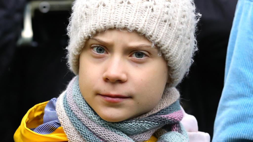 28.02.2020, Großbritannien, Bristol: Greta Thunberg, Klimaschutzaktivistin aus Schweden, nimmt an einem Klima-Streik teil und unterstützt damit die Aktivisten der Gruppe Youth Strike for Climate (BYS4C) am College Green in Bristol. (zu dpa