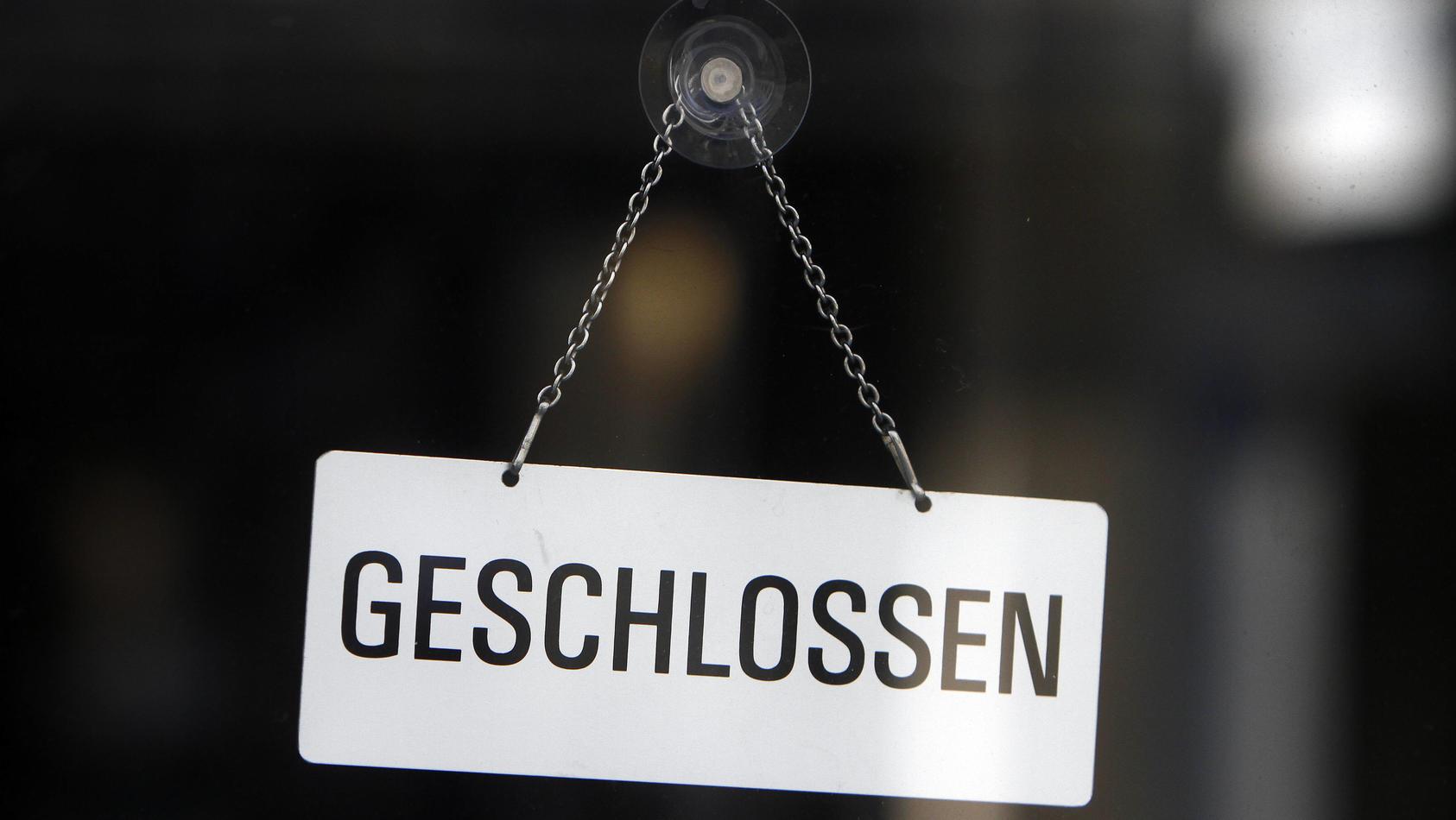 Schild mit Aufschrift geschlossen an der Eingangstür eines Geschäft s in der Innenstadt München, Bayern, Deutschland ***