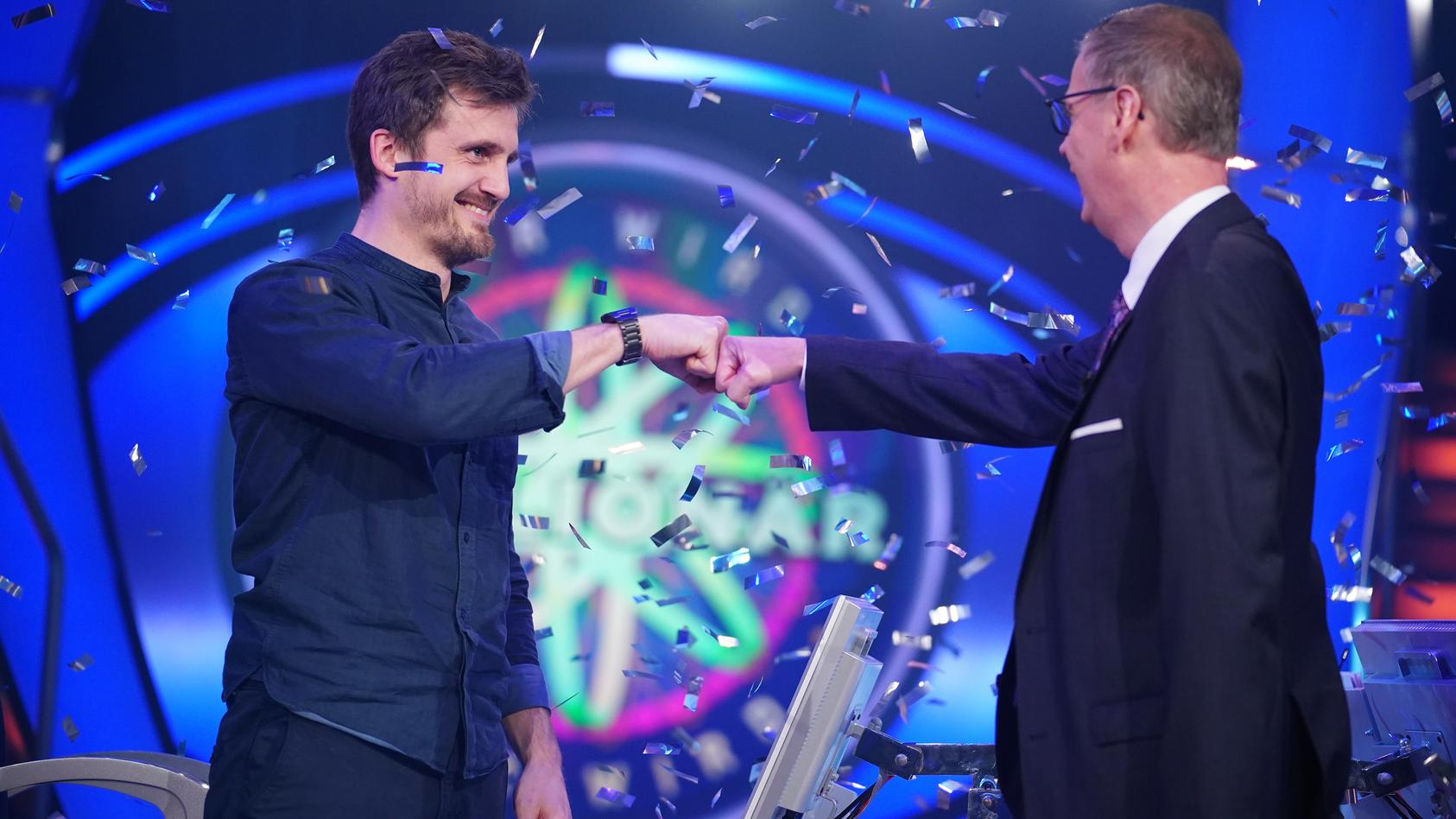"""Yes! """"Wer wird Millionär?""""-Moderator Günther Jauch gratuliert dem frisch gebackenen Millionär Ronald Tenholte"""