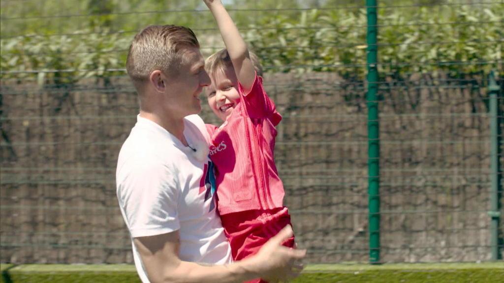 Toni Kroos mit seinem Sohn