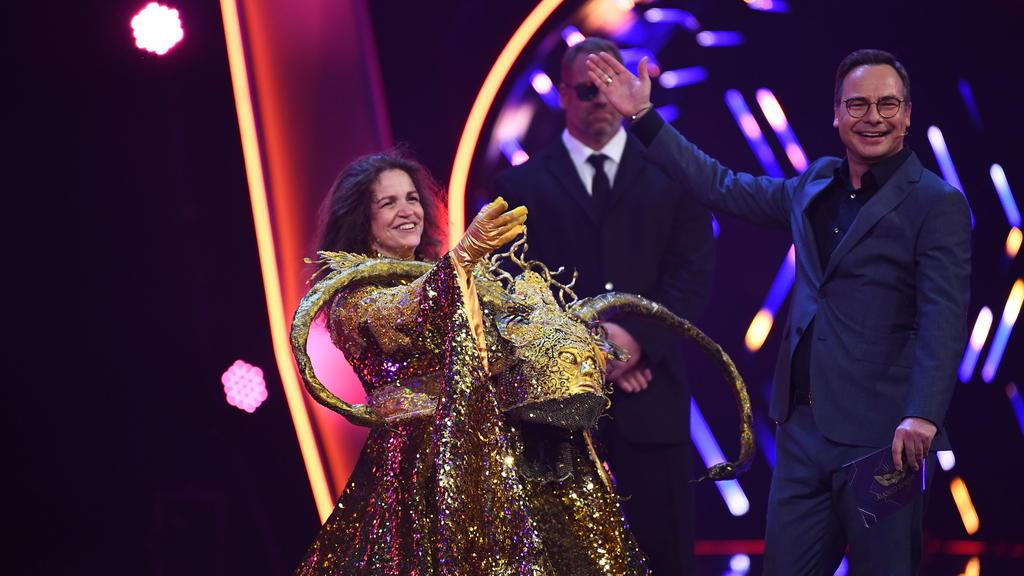 """Rebecca Immanuel steht als enttarnte Figur """"Die Göttin"""" in der Prosieben-Show """"The Masked Singer"""" neben Moderator Matthias Opdenhövel auf der Bühne."""