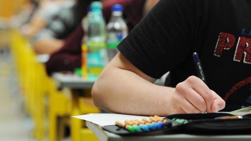 Abiturienten schreiben in Baden-Württemberg eine Abiturprüfung. Foto: Armin Weigel/dpa/Archivbild