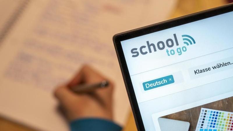 """Das Online-Angebot """"School to go"""" soll sowohl Anlaufstelle für Lehrer, Eltern als auch Schüler sein. Foto: Florian Schuh/dpa-tmn"""
