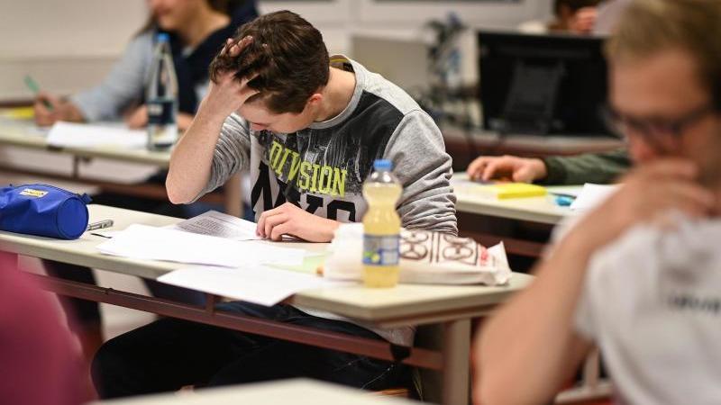 Die hessischen Abiturprüfungen sind am Mittwoch wie geplant mit dem Fach Mathematik fortgesetzt worden. Foto: Felix Kästle/dpa/Archivbild